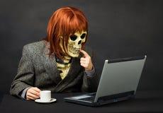 Le monstre a l'accès à l'Internet de réseau Images libres de droits