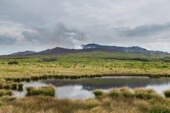 Le mont Aso de éruption puissant avec peu d'étang dans Kumamoto, Japon image libre de droits