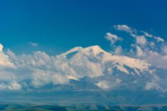 Le mont Elbrouz - le sommet le plus élevé en Europe Photographie stock libre de droits