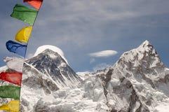 Le mont Everest avec des drapeaux de prière - Népal Image stock