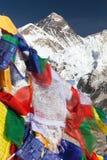 Le mont Everest avec les drapeaux bouddhistes de prière Photos libres de droits