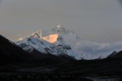 Le mont Everest dans l'aube photographie stock libre de droits