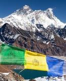 Le mont Everest et Lhotse avec les drapeaux bouddhistes de prière Images libres de droits