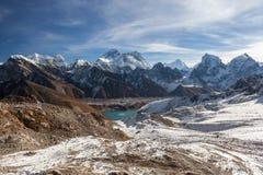 Le mont Everest et paysage panoramique de lac Gokyo Photos stock