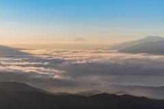 Le mont Fuji aérien avec le lever de soleil Takabochi de lac Suwako dans le MOIS tôt Photos stock
