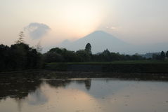 Le mont Fuji au crépuscule par la brume Photographie stock libre de droits