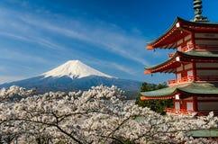 Le mont Fuji avec la pagoda et les cerisiers, Japon photo libre de droits