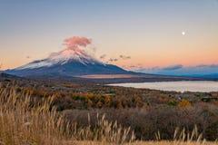 Le mont Fuji avec le nuage rouge au-dessus du sommet Photographie stock libre de droits