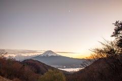 Le mont Fuji des jours de coucher du soleil Photographie stock
