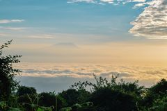 Le mont Kilimandjaro au-dessus des nuages, Tanzanie photo stock