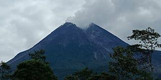 Le mont Merapi émet de la vapeur de son cratère sur un ensoleillé image stock
