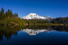 Le mont Rainier du lac bench photo libre de droits