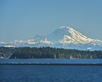 Le mont Rainier et pont de flottement 90 d'un état à un autre au-dessus de lac Washin Photo stock