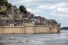 LE Mont Saint-Michel, μεσαιωνικά ενισχυμένα αβαείο και χωριό σε ένα παλιρροιακό νησί στη Νορμανδία, στοκ φωτογραφία
