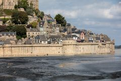 LE Mont Saint-Michel, μεσαιωνικά ενισχυμένα αβαείο και χωριό σε ένα παλιρροιακό νησί στη Νορμανδία, Γαλλία, στοκ φωτογραφία με δικαίωμα ελεύθερης χρήσης