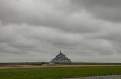 LE Mont-Saint-Michel, Νορμανδία, από απόσταση στοκ φωτογραφία με δικαίωμα ελεύθερης χρήσης
