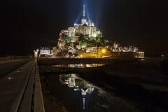 Le Mont Saint-Michel alla notte Fotografie Stock Libere da Diritti
