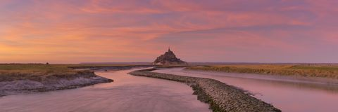 Le Mont Saint Michel em Normandy, França no por do sol fotos de stock royalty free