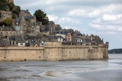 Le Mont Saint-Michel, middeleeuws versterkt abdij en dorp op een getijdeeiland in Normandi?, stock fotografie