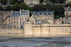 Le Mont Saint-Michel, middeleeuws versterkt abdij en dorp op een getijdeeiland in Normandi?, stock afbeelding