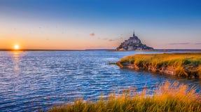 Le Mont Saint-Michel no por do sol, Normandy, França imagens de stock