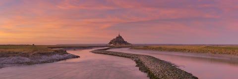 Le Mont Saint Michel in Normandië, Frankrijk bij zonsondergang royalty-vrije stock foto's