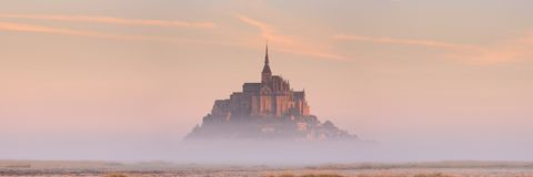 Le Mont Saint Michel in Normandië, Frankrijk bij zonsopgang stock afbeelding