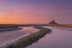 Le Mont Saint Michel in Normandia, Francia al tramonto fotografie stock libere da diritti