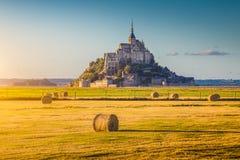 Le Mont Saint-Michel p? solnedg?ngen, Normandie, Frankrike royaltyfri foto