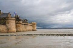 Le-Mont-Saint-Michel pendant la marée basse Image stock