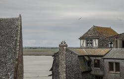 Le Mont-Santo-Miguel, Normandía - los edificios y los pájaros Imagen de archivo libre de regalías