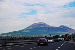 Le mont Vésuve comme vu de la route images stock