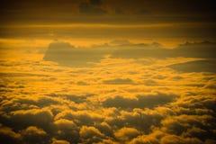 Le montagne è coperta dalla nebbia e dall'alba di mattina Fotografia Stock