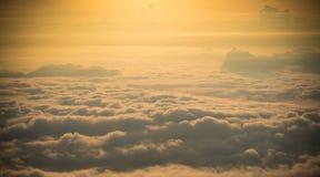 Le montagne è coperta dalla nebbia e dall'alba di mattina Fotografie Stock