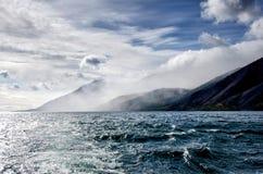 Le montagne abbelliscono - il cielo nuvoloso nei colori pastelli per la vostra progettazione Vista sul mare romantica - vista del Fotografia Stock