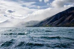 Le montagne abbelliscono - il cielo nuvoloso nei colori pastelli per la vostra progettazione Vista sul mare romantica - vista del Immagini Stock Libere da Diritti