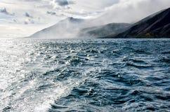Le montagne abbelliscono - il cielo nuvoloso nei colori pastelli per la vostra progettazione Vista sul mare romantica - vista del Fotografie Stock Libere da Diritti