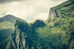 Le montagne abbelliscono l'estate lunatica delle nuvole del tempo Immagine Stock Libera da Diritti