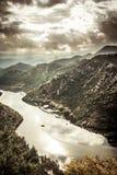 Le montagne abbelliscono nella stagione di autunno intorno alla curva del fiume di Rijeka Crnojevica dall'alta vista nel giorno n Fotografia Stock