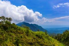 Le montagne abbelliscono sull'isola Indonesia di Bali immagine stock