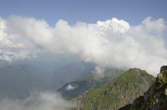 Le montagne annebbiano il viaggio ai paesi lontani fotografia stock