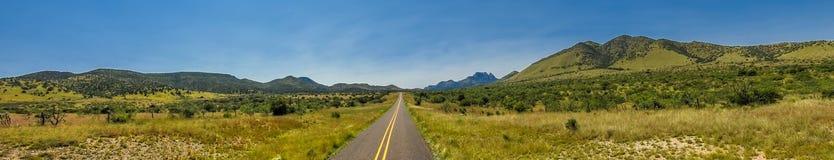 Le montagne aprono la strada principale della strada Immagine Stock