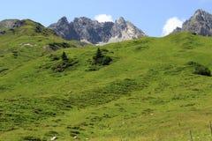 Le montagne austriache delle alpi in Europa è inoltre stazione sciistica molto popolare nell'inverno Fotografie Stock