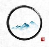 Le montagne blu lontane in nebbia in zen nero di enso circondano sul fondo della carta di riso Sumi-e orientale tradizionale dell illustrazione vettoriale