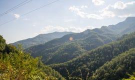 Le montagne boscose fino al cielo, Serbia Fotografia Stock