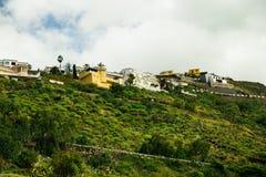 Le montagne con alto di cui sopra delle case e degli hotel in Tenerife, Spagna Fotografia Stock Libera da Diritti