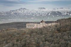 Le montagne con il buildingof presto balzano in Armenia immagini stock libere da diritti