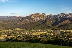 Le montagne d'ispirazione abbelliscono il panorama, il bello giorno di estate dentro Fotografia Stock