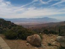 Le montagne del deserto abbelliscono con le nuvole esili ed il masso in priorità alta Fotografia Stock Libera da Diritti
