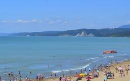 Le montagne dell'estate di resto oscillano l'oceano dell'isola della costa del crogiolo di spiaggia degli azzurri dell'acqua del  fotografie stock libere da diritti